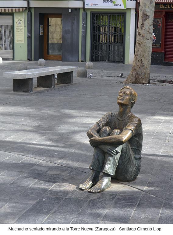 Muchacho sentado mirando a la Torre Nueva, Zaragoza, escultura pública de Santiago Gimeno Llop
