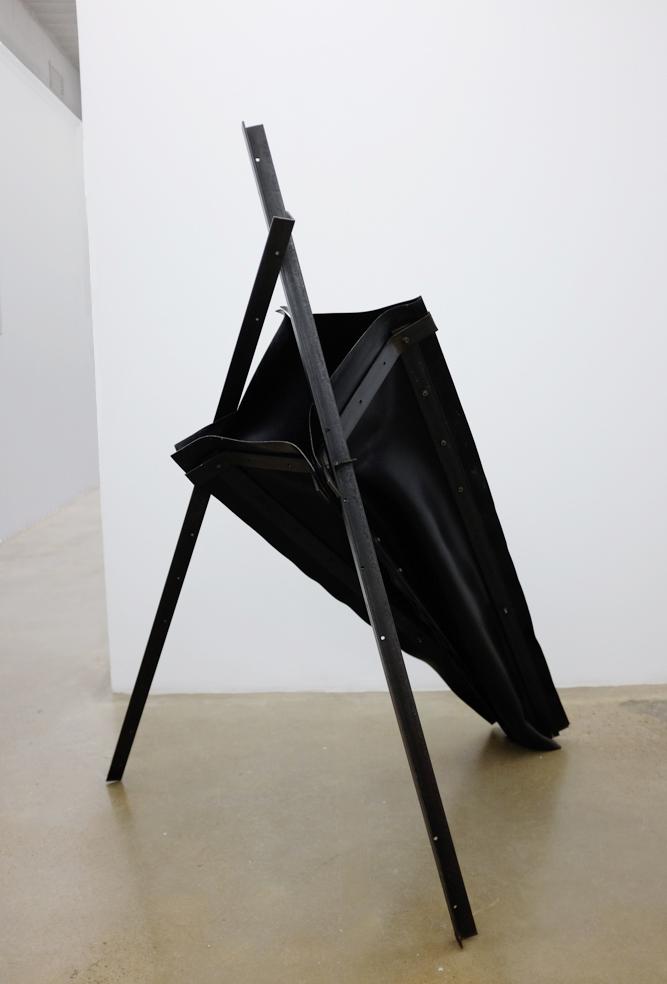 Pozo, Escultura de Ángeles Marco, en la exposición de la galeria de arte Espaivisor de Valencia España