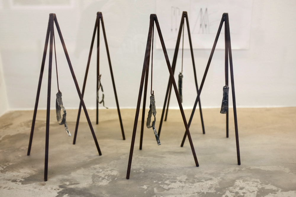 Instalación. Serie El Tránsito de Ángeles Marco, escultora española