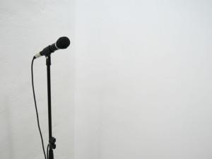 Julia Puyo. Micrófono acoplado